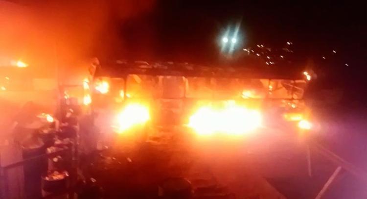 Ônibus da empresa OTTrans, do sistema Integra, foram destruídos pelas chamas - Foto: Reprodução | Sindicato dos Rodoviários