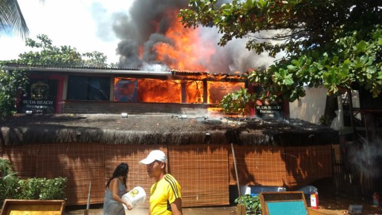 Moradores conseguiram controlar as chamas por meio de baldes e mangueiras - Foto: Cidadão Repórter | Via WhatsApp
