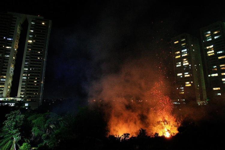 As chamas começaram com um pequeno foco e se alastraram rapidamente - Foto: Mila Cordeiro l Ag. A TARDE