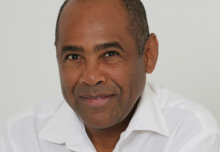 O professor Dimas Oliveira nunca foi ao exterior e possui mais de 500 livros em casa - Foto: Arquivo pessoal