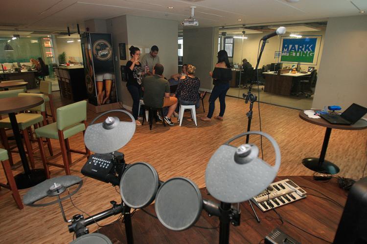 Instrumentos musicais ajudam a tornar a editora Sanar um ambiente em que os funcionários trabalham e também se divertem - Foto: Alessandra Lori l Ag. A TARDE