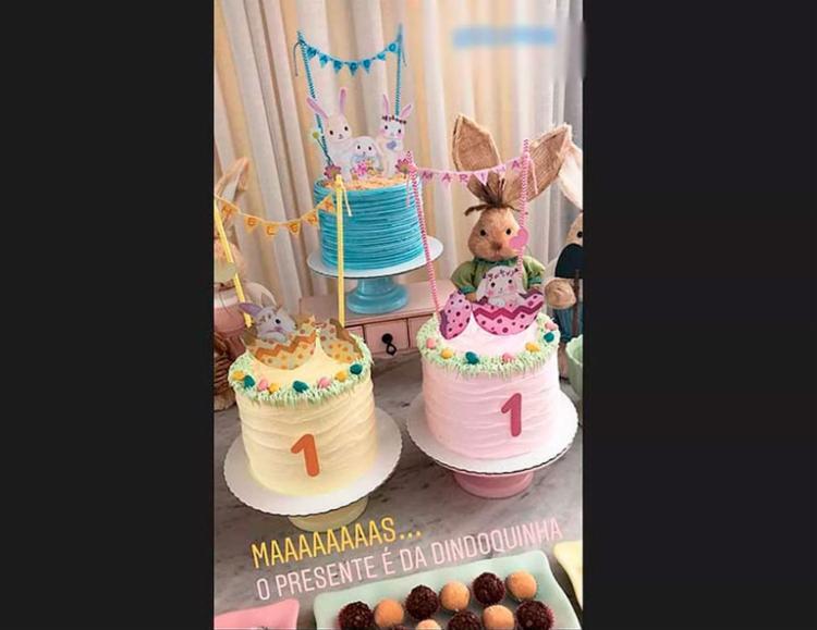 Festa de 1 mês das gêmeas teve tema de Páscoa