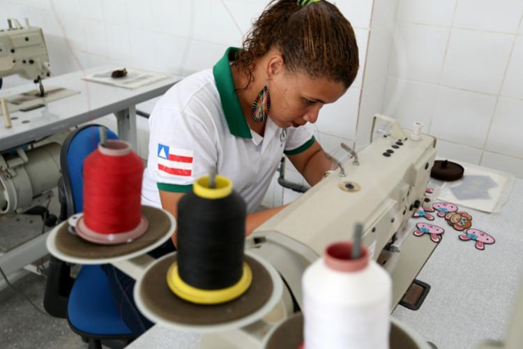 Fábrica Escola do Couro capacita alunos a trabalharem com peças como bolsas, sapatos e carteira