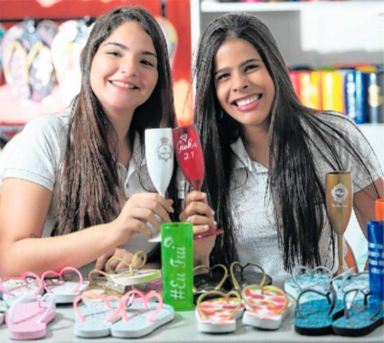 Larissa e Giovana brindam sucesso da Pitanga Arte e Mimo - Foto: Raul Spinassé | Ag. A TARDE