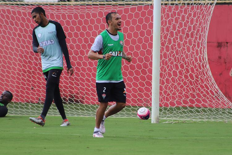 Lateral (à dir.) voltou a jogar após sete partidas no departamento médico - Foto: Maurícia da Matta l EC Vitória
