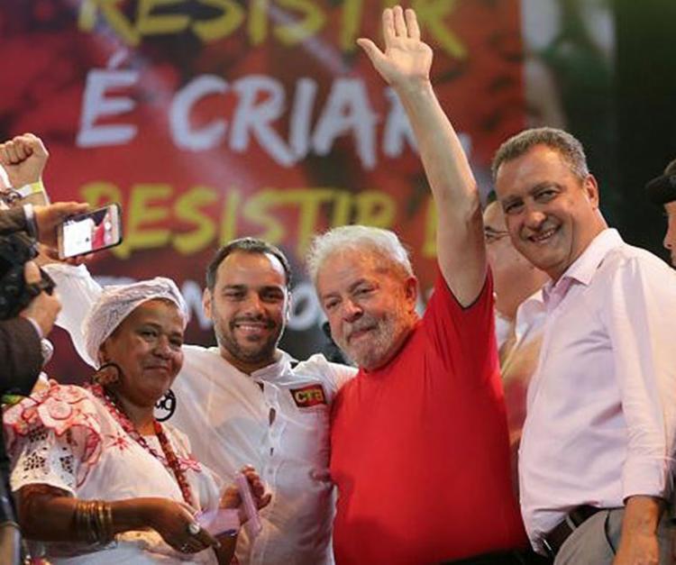 Ex-presidente Lula recebeu apoio enfático do governador baiano Rui Costa (PT) - Foto: Adilton Venegeroles l Ag. A TARDE
