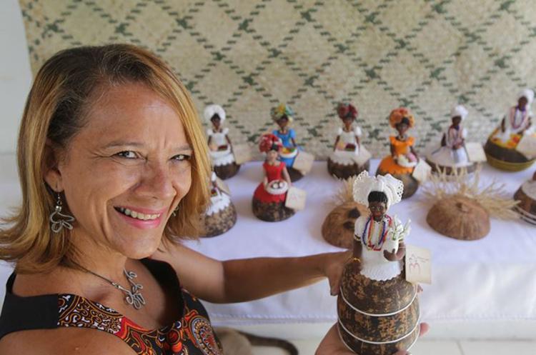 Mirinha passou a trabalhar com baianas no coco quando ficou desempregada e buscou consultoria para aprender a colocar preço - Foto: Margarida Neide l Ag. A TARDE