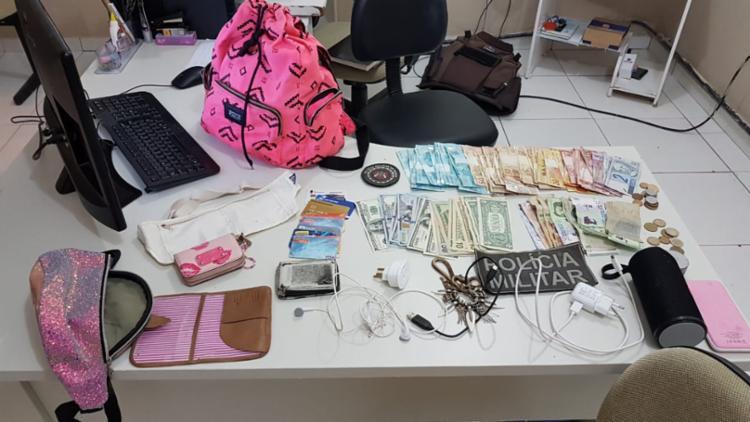 Foi encontrado mais de mil dólares, 427 pesos argentinos, R$ 2.784 e outros objetos - Foto: Divulgação | SSP