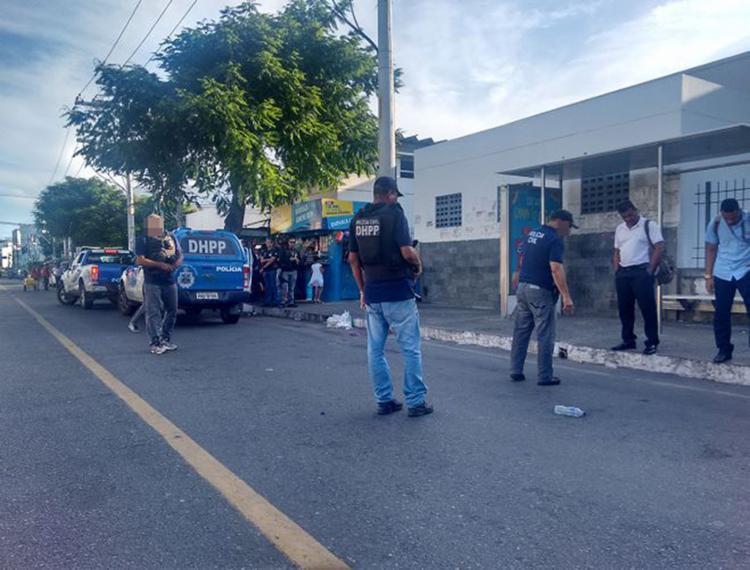 Agentes da Polícia Civil no ponto de ônibus próximo ao Hospital Santo Antônio, onde a vítima foi abordada - Foto: Andrezza Moura l Ag. A TARDE