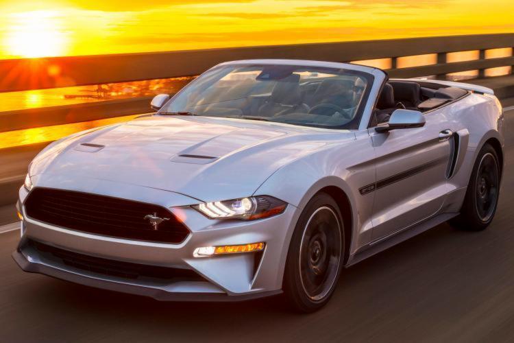O modelo chega com duas versões personalizadas; fastback e conversível. - Foto: Divulgação | Ford
