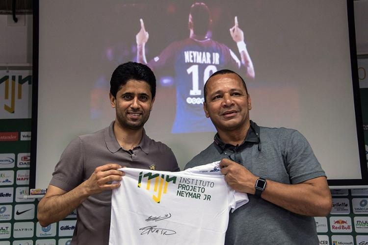 Pai de Neymar e Nasser al-Khelaifi, dono do PSG, visitaram o Instituto Neymar Jr - Foto: Nelson Almeida l AFP