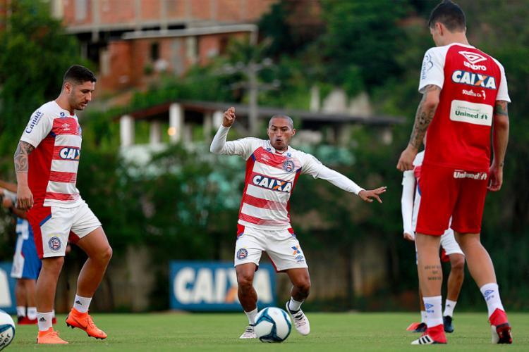 Fora do primeiro Ba-Vi, Nino Paraíba (C) será titular na noite desta quinta-feira, 29 - Foto: Felipe Oliveira l EC Bahia l Divulgação