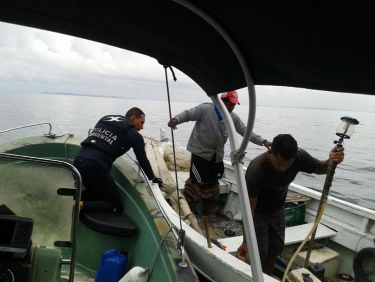 Pescadores estavam preparando para retornar do mar quando a embarcação teve uma pane - Foto: Divulgação | Polícia Militar