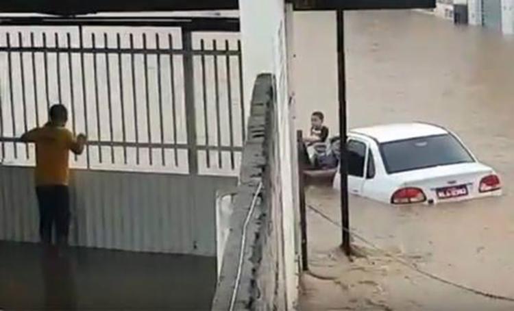 Criança tentando sair de dentro do carro - Foto: Reprodução | YouTube