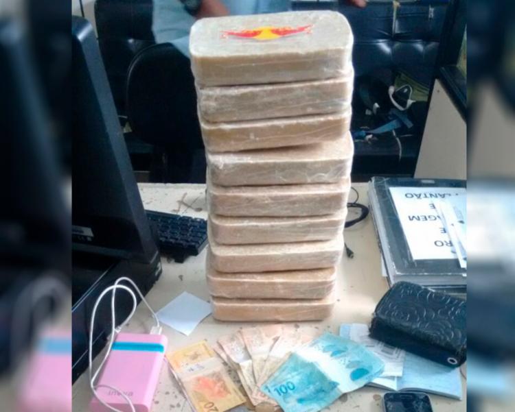 Além da droga, foram encontrados R$ 625,00 e uma bolsa - Foto: Divulgação | Polícia Civil