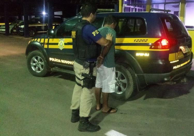 Indivíduo foi preso por uso de documento falso e por porte de droga - Foto: Divulgação | PRF