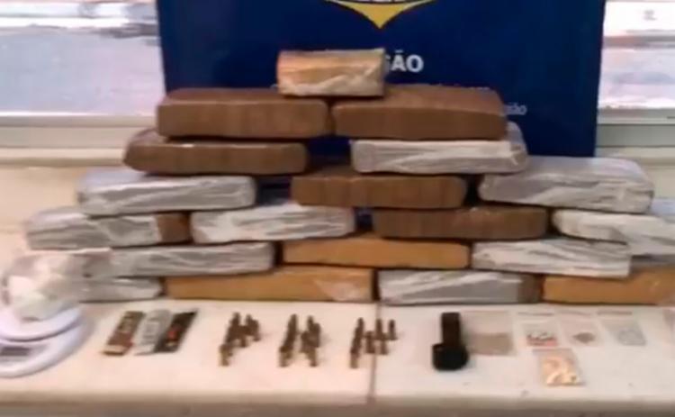 Foram encontrados 19 tabletes de maconha com o suspeito - Foto: Reprodução | PRF