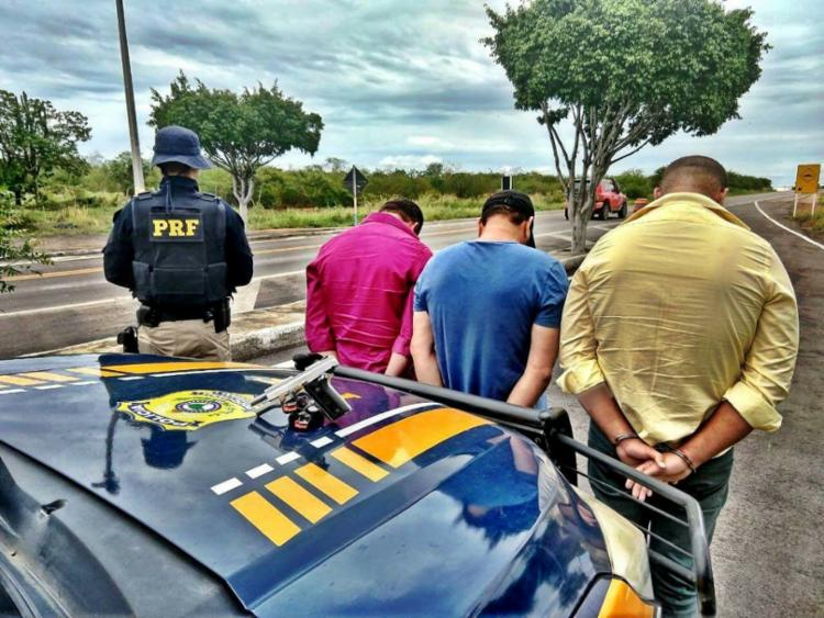 Condutor não possuía porte de arma e outros ocupantes tinham evolvimento em crimes - Foto: Divulgação | PRF