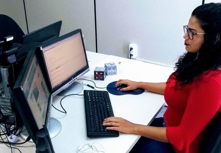 A estudante Ingrid Pinheiro é uma das pouca mulheres na área de Tecnologia da Informação - Foto: Divulgação