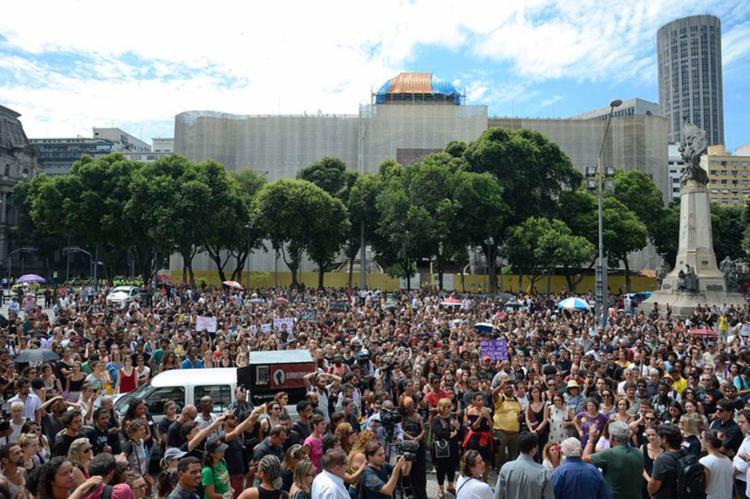 No Rio de Janeiro, milhares de pessoas participam de ato em memória da vereadora e do motorista mortos - Foto: Tânia Rêgo l Agência Brasil