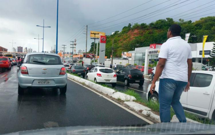 Pedestres desceram dos ônibus e preferiram seguir a pé - Foto: Thaís Seixas | Ag. A TARDE