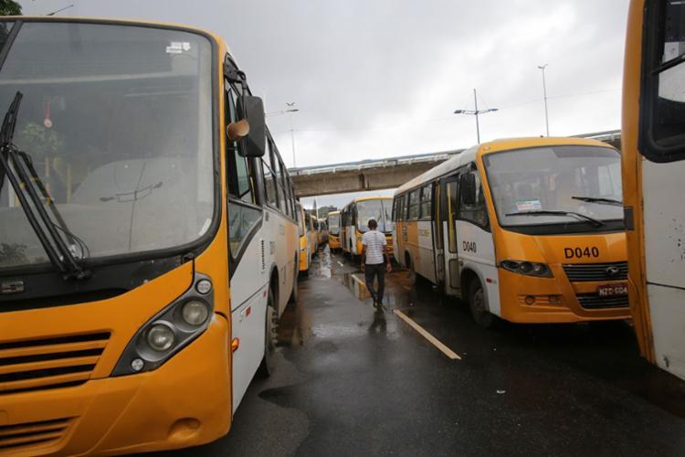 Rodoviários estacionaram os ônibus na avenida ACM, impedindo a passagem dos veículos - Foto: Margarida Neide   Ag. A TARDE