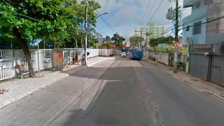 Crime aconteceu em um ponto de ônibus nas imediações da Ufba - Foto: Reprodução | Google Maps
