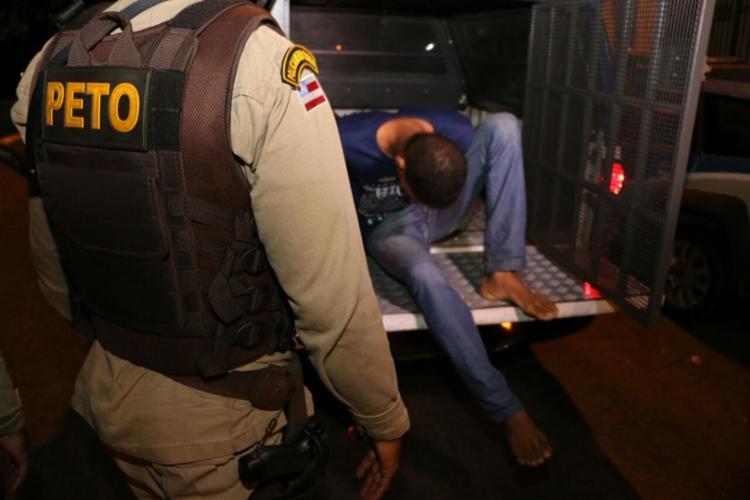 Isac Silva foi preso no momento que saía de um prédio na rua Espírito Santo, na Pituba - Foto: Divulgação | SSP-BA