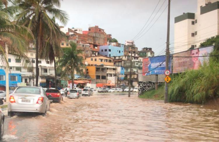 Condutores encontram dificuldades na avenida Garibaldi por conta do alagamento - Foto: Cidadão Repórter   Via WhatsApp