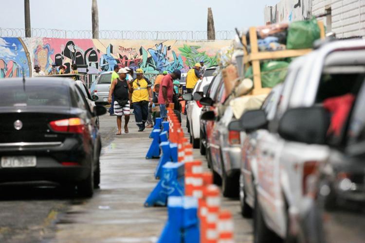 Fluxo segue intenso para carros no Terminal de São Joaquim - Foto: Joá Souza | Ag. A TARDE | 29.12.2016