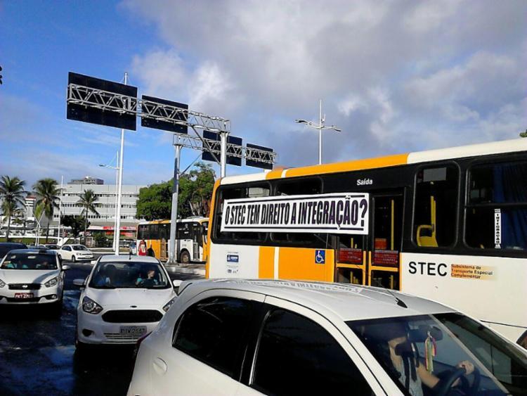 Rodoviários fecharam a avenida ACM - Foto: Nicolas Melo | Ag. A TARDE