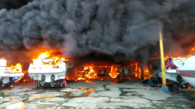 Chamas atingiram embarcações que estavam no local - Foto: Cidadão Repórter   Via Whatsapp