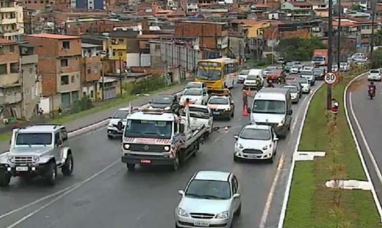 Óleo na pista deixa trânsito lento na avenida Luís Eduardo Magalhães - Foto: Divulgação | Transalvador