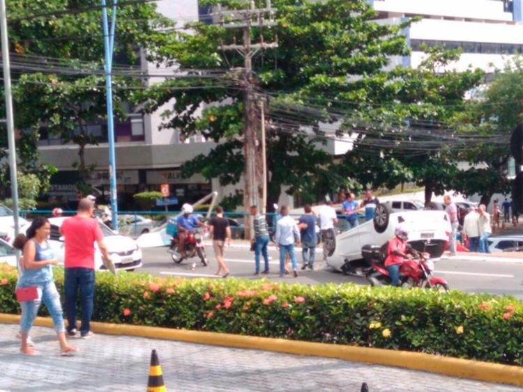Veículo ocupa uma das faixas da avenida Tancredo Neves - Foto: Cidadão Repórter | Via WhatsApp
