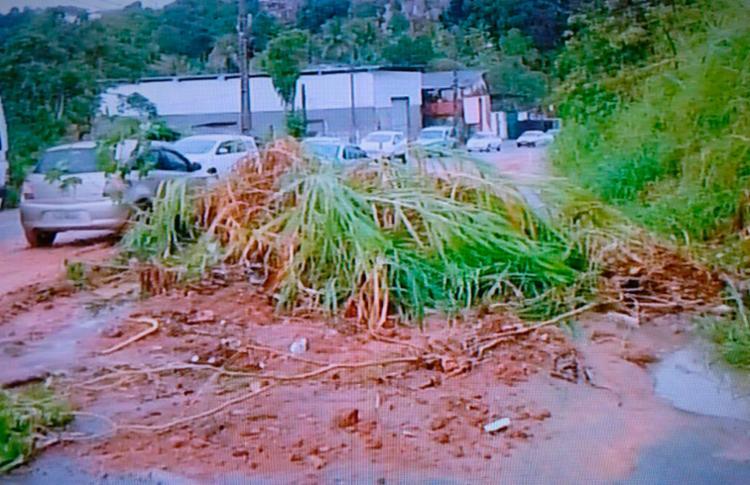 Terra bloqueia parte da Via Regional, entre as Cajazeiras 5 e 8, em Salvador - Foto: Reprodução   TV Record