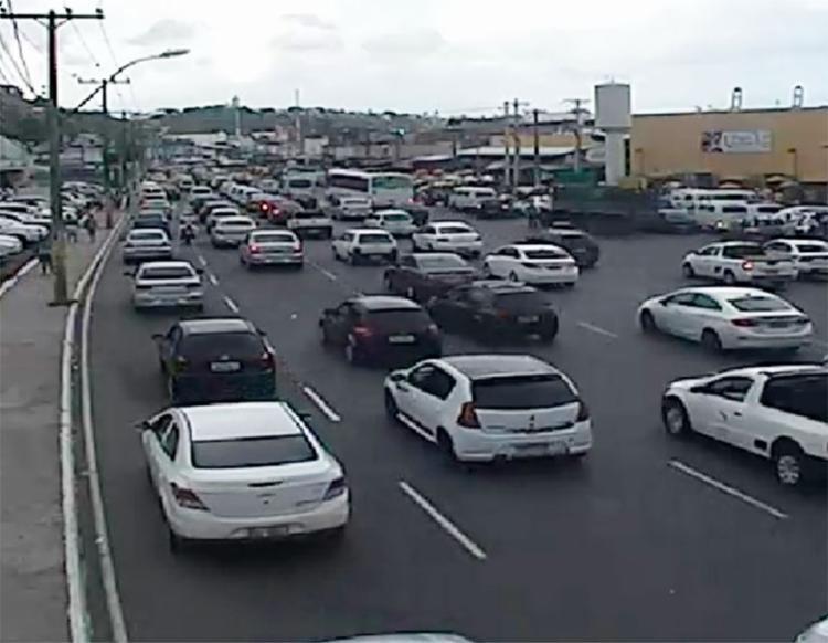Fluxo de veículos deixa trânsito lento na avenida Oscar Pontes - Foto: Divulgação   Transalvador