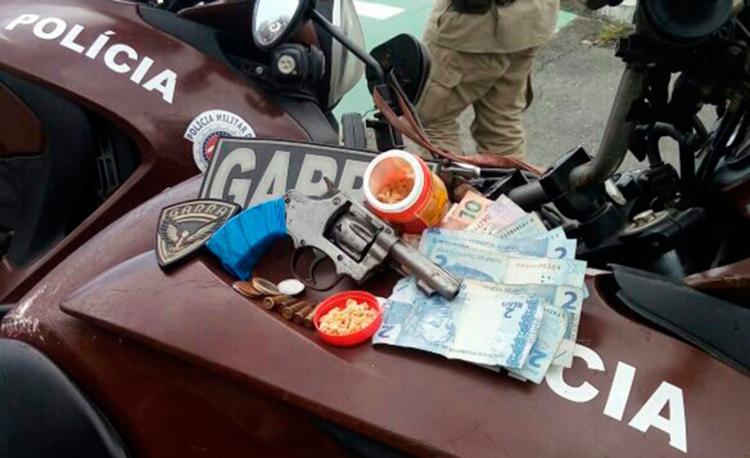 Arma, drogas, munições e uma quantia de dinheiro foram apreendidas com os dois suspeitos - Foto: Divulgação | SSP-BA