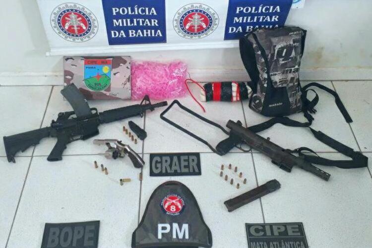 Com os criminosos foram encontrados um fuzil, uma metralhadora e explosivos - Foto: Divulgação   SSP-BA