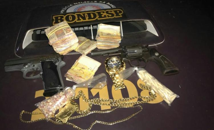 Suspeito estava com armas, dinheiro e joias - Foto: Divulgação   SSP-BA
