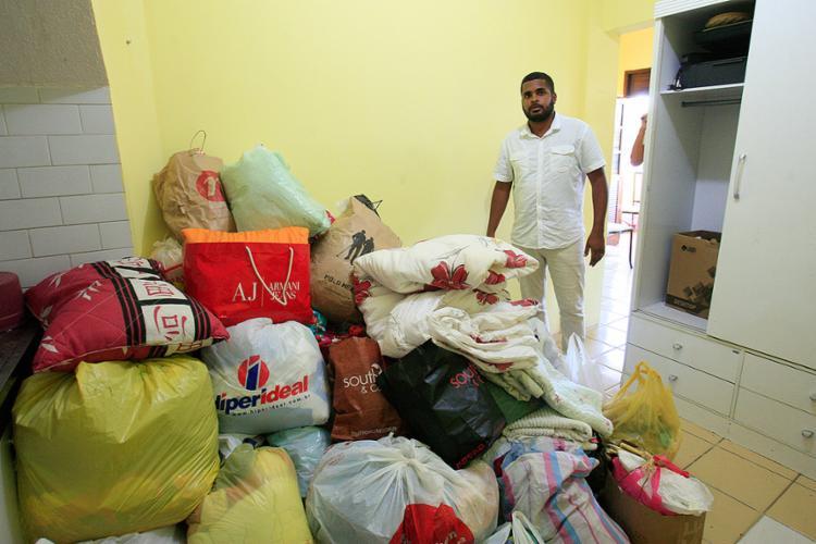 Amigo da família, Peter Nascimento é um dos organizadores da ação social que está recebendo os donativos - Foto: Mila Cordeiro l Ag. A TARDE