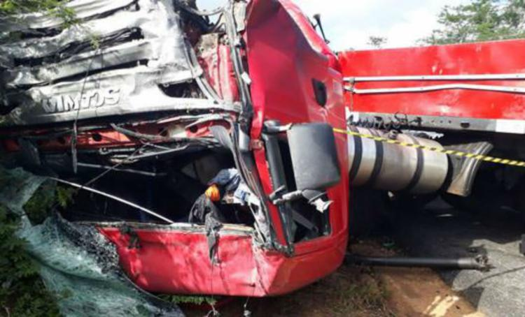 Um dos veículos ficou completamente destruído - Foto: Reprodução | Blog do Marcelo