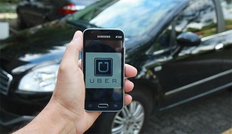 De acordo com a Ampaba, só no Uber estariam cadastrados mais de 18 mil motoristas - Foto: Joá Souza l Ag. A TARDE l 21.06.2016