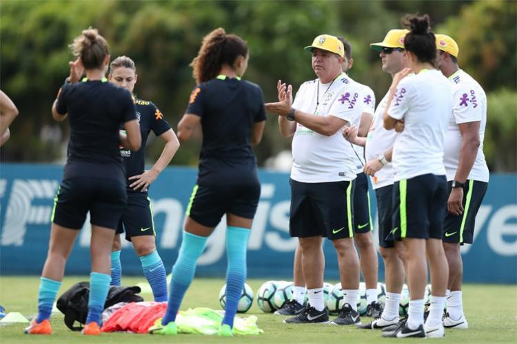 Técnico ainda não conta com o elenco completo que foi convocado - Foto: Lucas Figueiredo l CBF