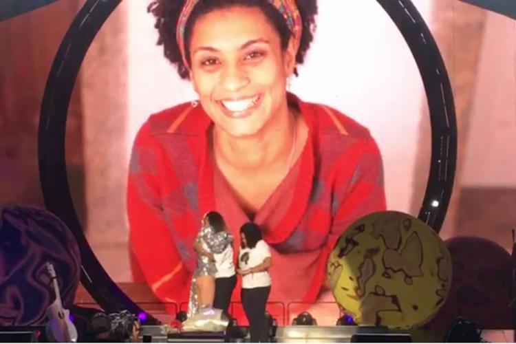 Katy Perry recebeu a filha de Marielle, Luyara Santos e irmã da vereadora, Anielle Silva, no palco - Foto: Reprodução | Globo