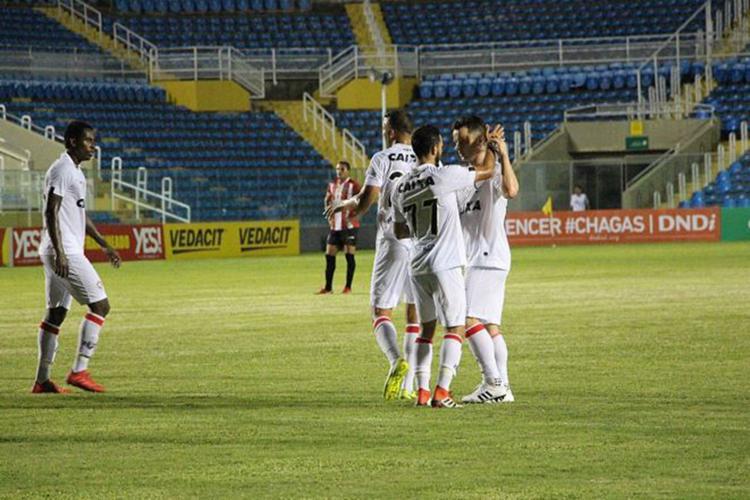 Baumjohann comemora gol com Yago, camisa 77 do Vitória - Foto: Moyses Suzart l EC Vitória l Divulgação