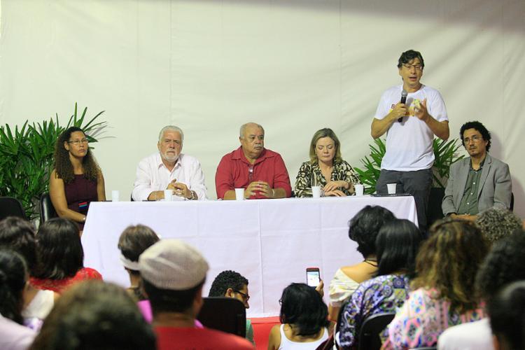 O secretário de desenvolvimento (segundo à esq.) tentou minimizar as declarações do governador após entrevista - Foto: Mila cordeiro l Ag. A TARDE
