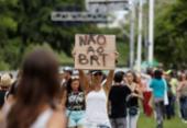 Grupo protesta contra a derrubada de árvores para instalação do BRT | Foto: Raul Spinassé | Ag. A TARDE