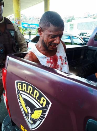 Suspeito foi levado por uma viatura da PM que passava pelo local - Foto: Jefferson Domingos   Ag. A TARDE