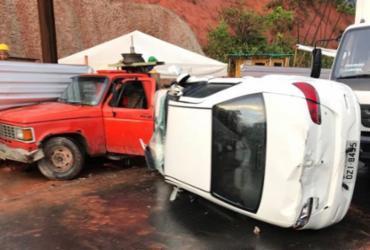 Carro capota e colide com dois veículos na Paralela; condutor ficou ferido | Cidadão Repórter | Via WhatsApp
