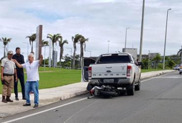 Motociclista pula antes de moto ser arrastada por picape no CAB